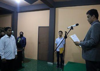 Ketua Bawaslu Kota Tarakan Zulfauzy melantik Pengganti Antar Waktu anggota Panwaslu Kecamatan. Foto : Istimewa