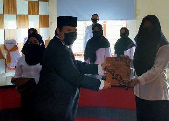 Anggota KPU Kota Tarakan Herry Fitrian melantik anggota PPS di Kantor Kelurahan Karang Rejo, Senin (15/6). Foto : Istimewa