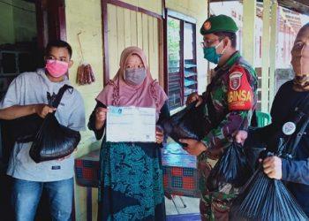 Babinsa Koramil 0907/04 Tarakan Utara menyalurkan paket sembako bantuan Pemkot Tarakan kepada warga terdampak Covid-19, Senin (15/6). Foto : Istimewa