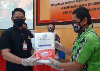 Ketua KPU Tarakan Nasruddin Menyerahkan Dokumen Dukungan Bakal Paslon Perseorangan Kepada PPK. Foto: fokusborneo.com