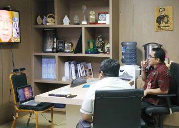 Sekprov Kaltara, Dr H Irianto Lambrie saat melakukan diskusi virtual dengan Guru Besar UI Prof Sudarto Ronoatmodjo, Jumat (26/6) lalu. Foto  : Humas Provinsi Kaltara