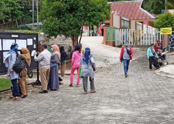 Orang tua/wali murid melihat papan informasi PPDB di SMP Negeri 1 Tarakan. Foto: fokusborneo.com