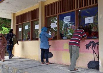 Orang Tua Wali Murid Masukan Berkas di Loket Verfikasi PPDB SMP N 1 Tarakan (22/6/2020). foto: fokusborneo.com