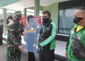 Dandim 0907 Tarakan Letkol. Inf. Eko Antoni Chandra Listianto kembali menyerahkan bantuan sekat portable kepada para ojol, Jumat (12/6). Foto : Istimewa