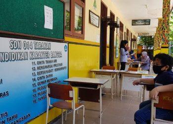 Penerapan protokol kesehatan dalam PPDB di SDN 014 Gunung Belah Sebengkok,Selasa (23/6). Foto : Fokusborneo.com