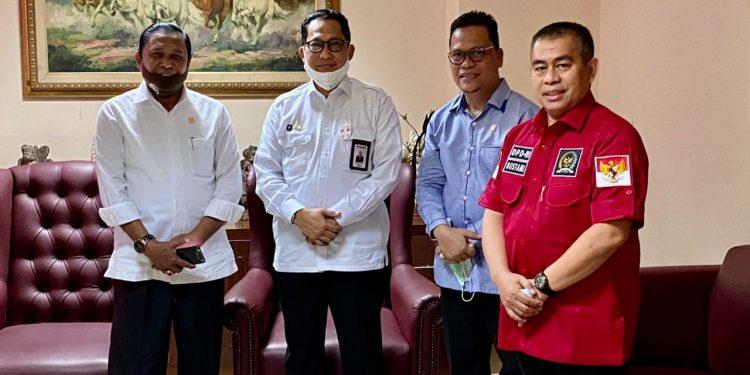 Wakil Ketua Komite II DPD RI Hasan Basri bertemu Dirut Perum Bulog Budi Waseso usai RDP di Komplek Parlemen, Jumat (3/7). foto Istimewa