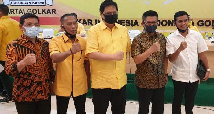 Irianto Lambrie dan Irwan Sabri Terima SK dari DPP Golkar. foto: Istimewa