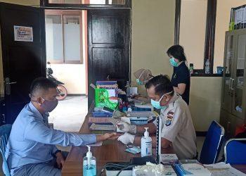Ketua Bawaslu Kota Tarakan Zulfauzy Hasly saat menjalani rapid test di RS. Bhayangkara Polda Kaltara di Kota Tarakan. Foto : Istimewa