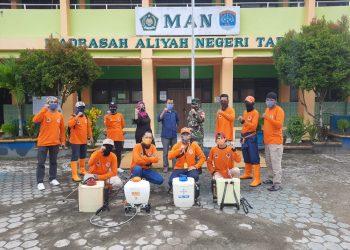 Serma Sinaga bersama tim dari karang taruna sterilkan Sekolah Madrasah Aliyah Negeri (MAN) Tarakan dengan cairan Disinfektan.Foto: Pendim 0907/Trk