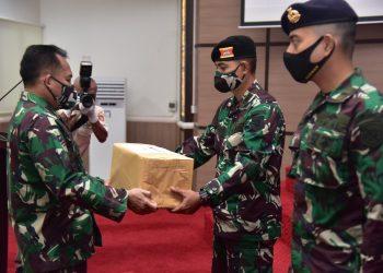 Pangdam VI/Mulawarman Mayjen. TNI. Subiyanto menyerahkan bantuan secara simbolis kepada prajurit TNI AD di Aula Makodam VI Mulawarman, Kamis (9/7). Foto : Humas Kodam VI Mulawarman