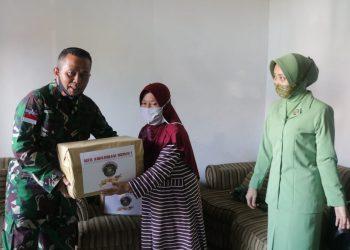 Danrem 092 Maharajalila Brigjen. TNI. Suratno menyerahkan bantuan sembako kepada Warakawuri, Kamis (9/7). Foto : Humas Kodim 0907 Tarakan