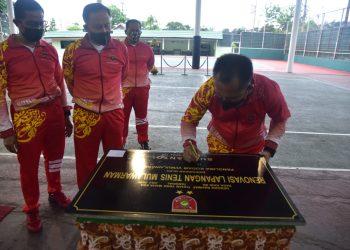 Pangdam VI Mulawarman Mayjen TNI Subiyanto meresmikan lapangan tenis di GOR Mulawarman, Jumat (10/07). Foto : Humas Kodam VI Mulawarman