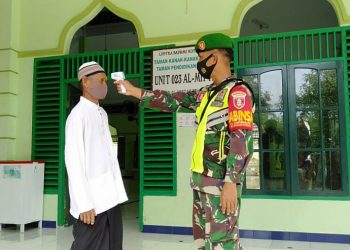 Babinsa dari jajaran Kodim 0907/Trk Kalimantan Utara dalam pelaksanaan penegakan disiplin protokol kesehatan di setiap pelaksanaan ibadah di Masjid tiap-tiap wilayah.Foto: Doc.Babinsa Dim0907/Trk