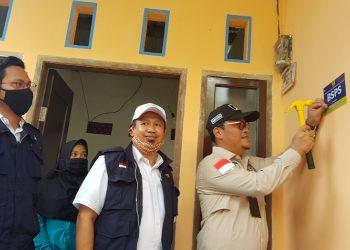 Wakil Ketua Komite II DPD RI Hasan Basri didampingi Satker Perumahan Rudi Yudianto Tancapkan Paku Rumah Yang Sudah Selesai Dibangun. Foto: fokusborneo.com