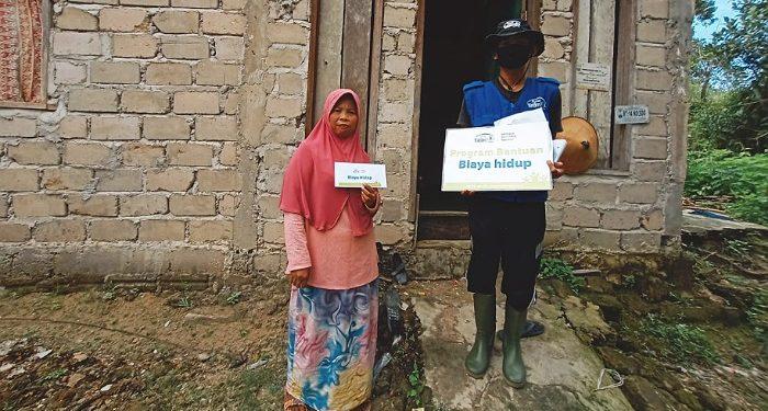 Relawan Rumah Yatim Serahkan Bantuan Biaya Hidup Untuk Mustahiq. Foto: Istimewa/Relawan