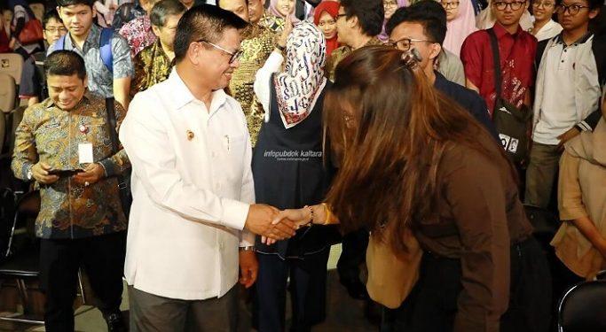 Gubernur Kaltara, Dr H Irianto Lambrie saat mengunjungi mahasiswa di Pulau Jawa beberapa waktu lalu. Rencananya bantuan untuk mahasiswa yang terdampak Covid-19 segera dicairkan. Foto : Humas Provinsi Kaltara