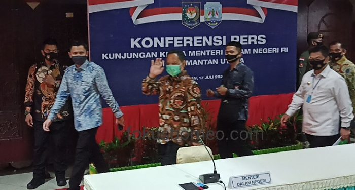 Menteri Dalam Negeri Tito Karnavian Memasuki Tempat Acara Bersama Gubernur Kaltara Irianto Lambrie. Foto: Fokusborneo.com