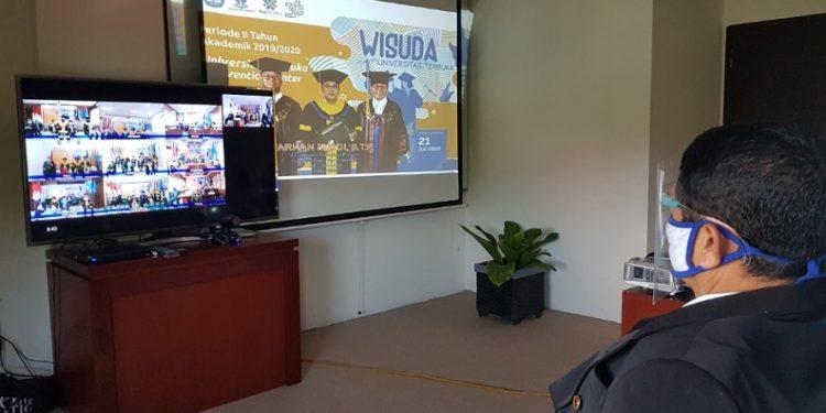 Wisuda secara daring Universitas Terbuka, Selasa (21/7). Foto : Fokusborneo.com