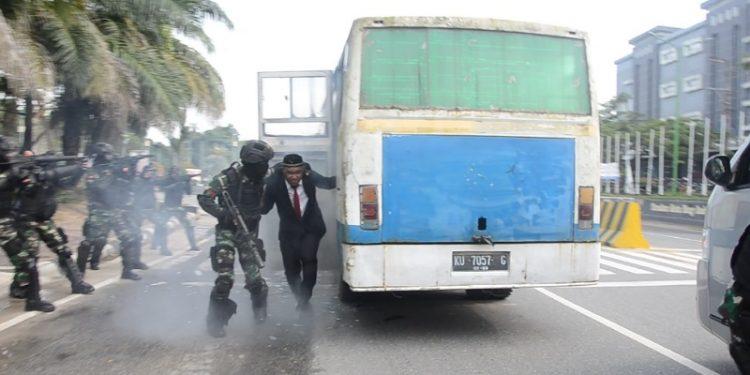Tim Baswan Yonif Raider 613 Raja Alam menyelamatkan sandera dari kawanan kelompok bersenjata, Rabu (22/7). Foto : Istimewa