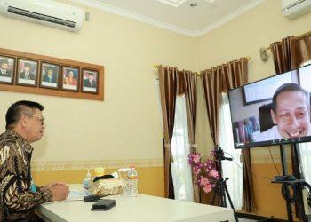 Gubernur Kaltara, Dr H Irianto Lambrie saat mengikuti rakor jarak jauh pembahasan PLTA untuk KIPI Kaltara, Kamis (23/7). Foto : Humas Provinsi Kaltara