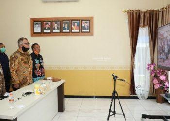 Gubernur Kaltara, Dr H Irianto Lambrie saat menghadiri pembukaan penyerahan program PEN Untuk Koperasi melalui program relaksasi pinjaman/pembiayaan dan perkuatan permodalan usaha dari dana bergulir LPDB-KUMKM oleh Presiden RI Joko Widodo secara daring di ruang pertemuan VIP Bandara Juwata Tarakan, Kamis (23/7). Foto : Humas Provinsi Kaltara