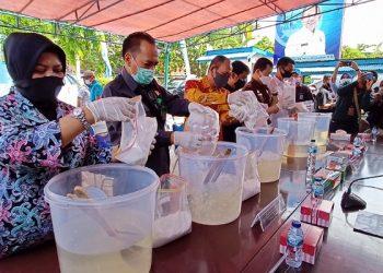 Sebanyak 8,9 kilogram narkotika jenis Sabu-sabu dimusnahkan dengan cara dilarutkan kedalam air. Foto: fokusborneo.com
