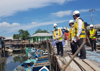 Wakil Ketua Komite II DPD RI Hasan Basri meninjau pengerjaan pembangunan peningkatan kualitas permukiman kumuh Kota Tarakan di Selumit Pantai, Selasa (28/7). Foto : Fokusborneo.com