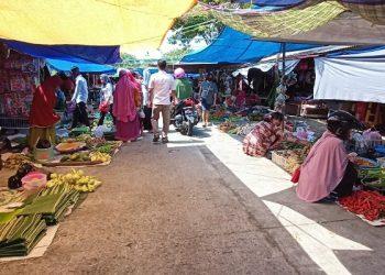 Kondisi Pasar Tenguyun Ramai Penjual Ketupat dan Daun Pisang. Foto: fokusborneo.com