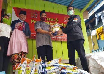 Wakil Ketua Komite II DPD RI Hasan Basri menyerahkan bantuan sembako kepada warga terdampak Covid-19 di Kota Tarakan, Rabu (29/7). Foto : Fokusborneo.com
