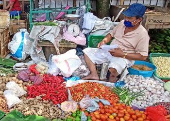 Pedagang Bahan Makanan Pokok di Pasar Tenguyun. Foto: fokusborneo.com