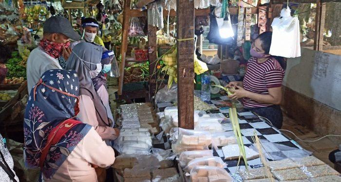 Petugas BPOm di Kota Tarakan Bersama Disdagkop Tarakan Lakukan Pengambilan Sampel Bahan Makanan di Pasar Tenguyun. Foto: fokusborneo.com
