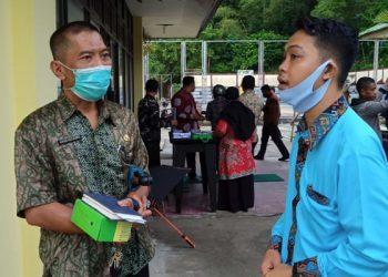 Agus Sutanto (batik) Kadispora Tarakan Saat Berbincang Dengan Ketua KNPI Tarakan Erick Hendrawan. foto: fousborneo.com