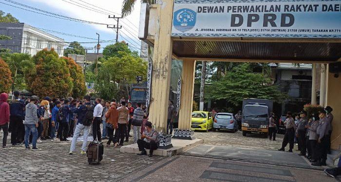 Puluhan Masiswa Unjuk Rasa di Depan Kantor DPRD Tarakan Tolak RUU Omnibus Law. Foto: Fokusborneo.com