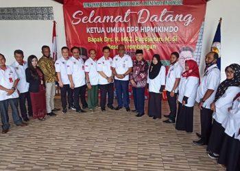 Maz Pandjaitan (Batik) Foto Bersama Dengan Pengurus DPD Hipmikimdo Kaltara. foto: Fokusborneo.com