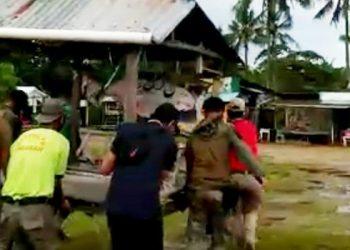 Personel Satpol PP Pindahkan Gasebo di Bibir Pantai Amal Lama. foto: Screenshot Video Kegiatan Petugas