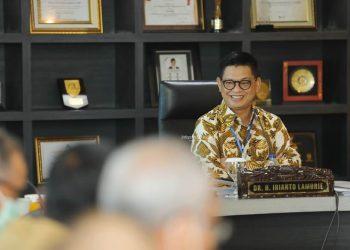 Gubernur Kaltara, Dr H Irianto Lambrie saat memimpin rapat staf, Senin (13/7). Foto : Humas Pemprov Kaltara