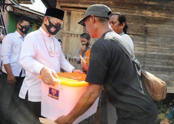 Gubernur Kaltara, Dr H Irianto Lambrie saat menyerahkan bantuan kepada para korban kebakaran Jalan Hasanuddin RT 9 Tanjung Selor Ulu, kemarin (26/7).Foto: Humas Pemprov Kaltara
