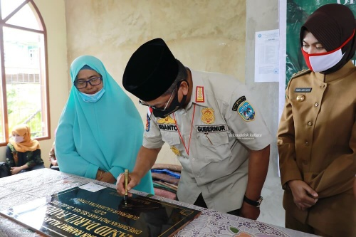 Gubernur juga menandatangani prasasti peresmian Masjid Darul Faidzin, Nunukan Selatan.Foto: Humas Pemprov Kaltara