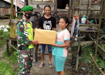 Babinsa Koramil 0907/02 Tarteng Sertu Arifin Rgg menyambangi warga kurang mampu di wilayah binaanya untuk memberikan bantuan sembako. Foto:Doc.Babinsa