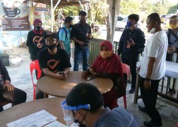 Komisioner KPU Kota Tarakan melakukan monitoring input data pemilih hasil coklit di PPK, Senin (3/8). Foto : Istimewa