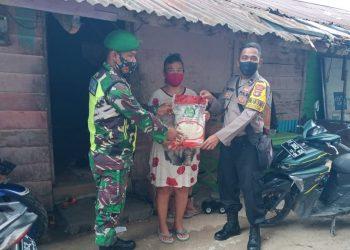 Babinsa Jajaran Kodim 0907/Trk bersinergi bersama Babinkamtibmas dengan memberikan bantuan sembako. Foto: Pendim0907/Trk