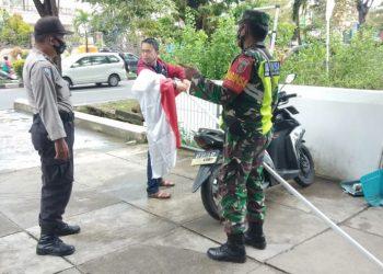 Babinsa jajaran Kodim 0907/Trk mengajak warga untuk mengibarkan Bendera Merah Putih jelang HUT RI Ke-75 nanti, diwilayah binaan. Foto: Doc.Babinsa 0907/Trk