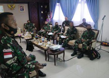 Pangkogabwilhan II Marsdya TNI Imran Baidirus Menerima Paparan dari  Danrem 092/Maharajalila. Foto: Pendim 0907/Trk
