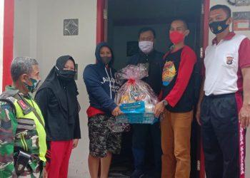 Bank Indonesia dibantu Babinsa Koramil 0907/03 Tarbar Serma Suparman, Bergerak Membagikan Paket Sembako Kepada Warga. Foto:Doc.Babinsa