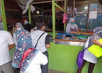 Petugas BPOM dan Disdagkop dan UMK Mengambil Sampel Produk Makanan di Pasar Tenguyun. Foto: fokusborneo.com