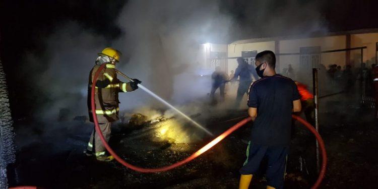 Personel Damkar dan Penyelamatan Tarakan Lakukan Pendingan Usai Kobaran Api Berhasil Dipadamkan. Foto: Istimewa/Damkar