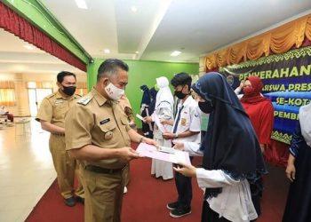 Wali Kota Tarakan dr. Khairul menyerahkan secara simbolis beasiswa prestasi bertempat di Aula SMP N 1 Kota Tarakan, Senin (3/8). Foto : Humpro Pemkot Tarakan