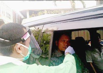 Wakil Ketua Komite II DPD RI Hasan Basri menjalani swab tes di RSPAD Gatot Subroto, Jakarta (11/8/). Foto : Istimewa