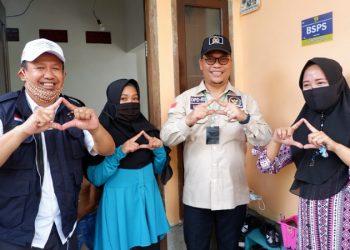 Wakil Ketua Komite II DPD RI Hasan Basri meninjau rumah warga penerima BSPS sekaligus memasang stiker di Kelurahan Karang Anyar Pantai, Kota Tarakan.