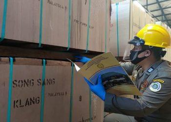 Petugas BKP Tarakan Cek Kayu Olahan Sebelum di Ekspor. foto: Istimewa
